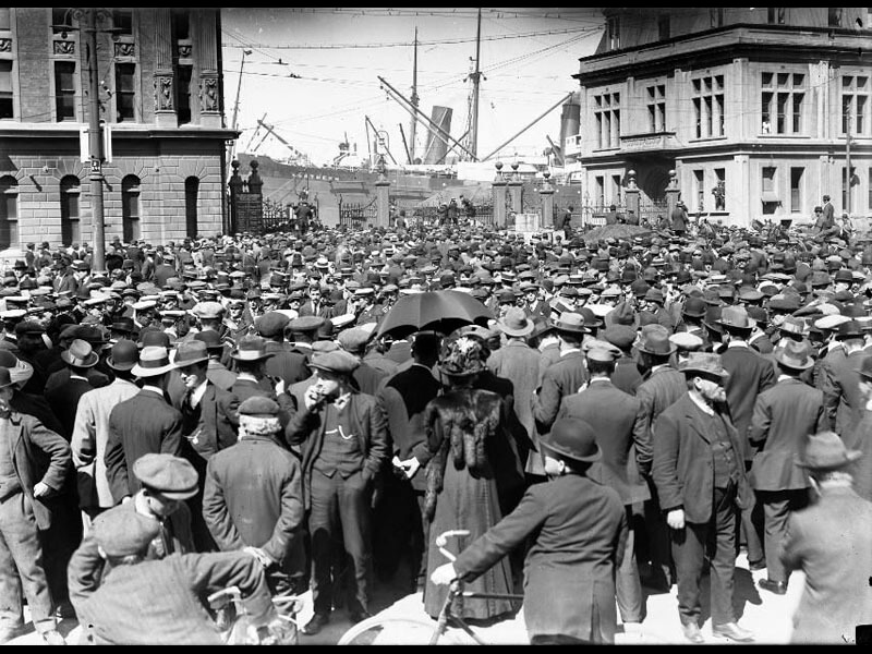 full_Crowd_at_Queens_Wharf__Wellington__during_the_1913_Waterfront_Strike.